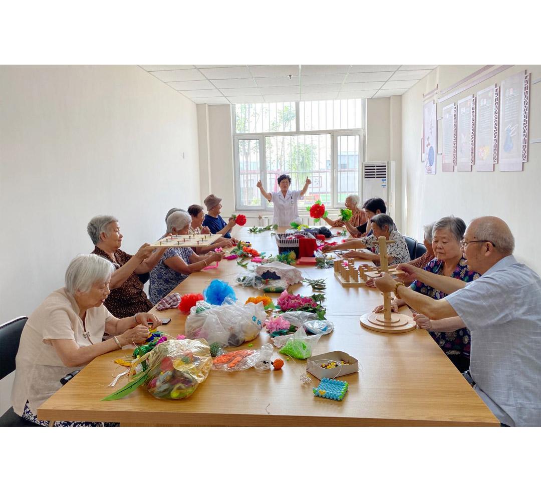 巧手编织幸福生活---春风十里 康养中心开展手工编织活动